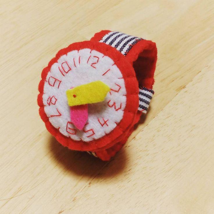 いいね!15件、コメント1件 ― Ai Okamura Nishiさん(@ai_n.o)のInstagramアカウント: 「試作〜 針動きマース  #フェルト #腕時計 #ベルト短かった… #息子さんでギリギリ #赤好きの息子さんにこちらは渡してあげよー #娘さん世代のサイズに合わせないと…」