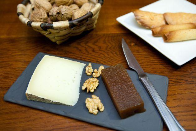 Queso, dulce de manzana, nueces y tejas y cigarrillos de Tolosa