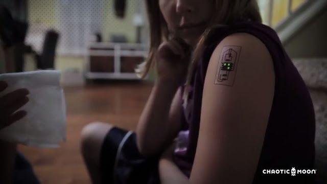 Estos tatuajes biométricos cambian de color según tu estado de salud   Este tatuaje analiza la temperatura corporal grado de hidratación ritmo cardíaco y niveles de estrés según la sudoración del sujeto.  Recuerdan esos tatuajes temporales infantiles que eran tan populares entre los niños de los 90? Pues volvieron en forma de tecnología biométrica. La compañía Chaotic Moon Studios se encuentra desarrollando una línea de dispositivos capaz de integrarse a la piel del usuario para analizar en…