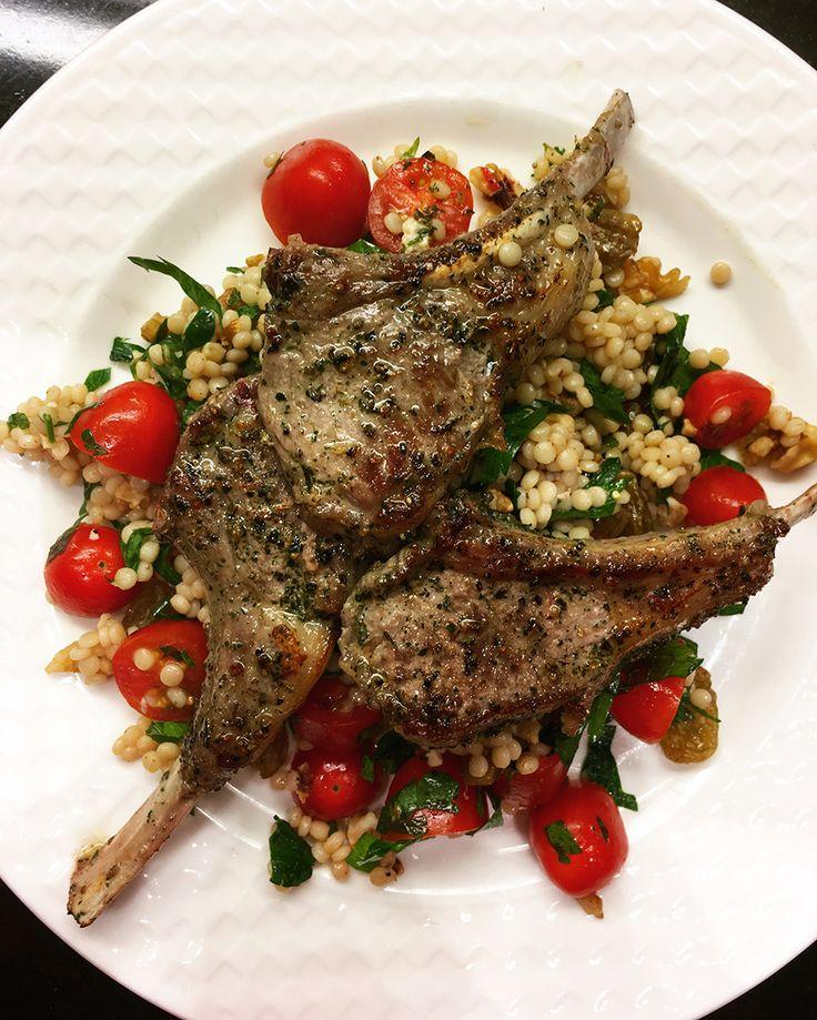 Lamskoteletjes met parelcouscous-salade: een gerecht wat er fantastisch uit ziet (en zo smaakt), maar toch supersnel klaar is. Ideaal! Begin op tijd en maak eerst de marinade voor het vlees. Ris de tijm en rozemarijn van de takjes en hak fijn. Maak in een grotelage schaal de marinade van de olie, azijn, knoflook, tijm en …