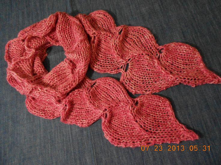 Bufanda tejida con 2 agujas en forma de hojas muy practica ligera y facil de hacer con estambre en cualquier color esta bonita Gracias comenta aqui estoy sub...