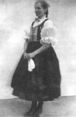 Nagylány ünnepi viseletben 1908-ból