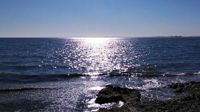 Día espectacular el que nos ha salido hoy, cielo y mar azul profundo, solazo... Qué haría yo sin mi mar...   #lamillorterretadelmon #decategoria #MarMediterráneo #Mediterranean #Azul #azzurro #blue #bluesky #bluesea #playadeMassalfassar #igersValencia #igersComunitat #Valenciaterraimar #Valencia #Spain
