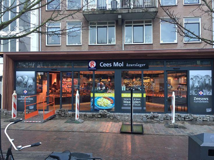 Keurslager Cees Mol, verlichte gevelreclame, mooie raambelettering