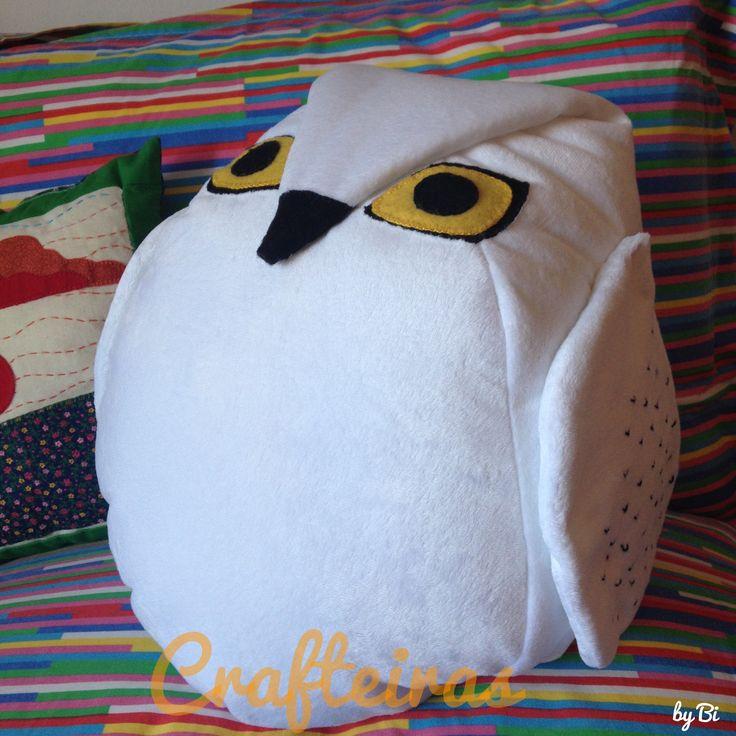 A famosa coruja do Harry Potter se transformou em almofada para uma decoração temática.  Confeccionada em tecido soft e feltro e bordada a mão. Mais informações, www.crafteiras.wordpress.com