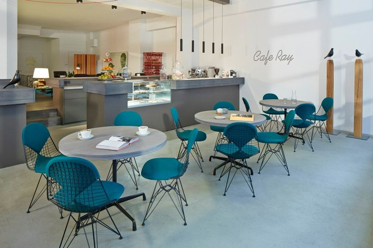 Stuhl DKR 2 im Cafe Ray