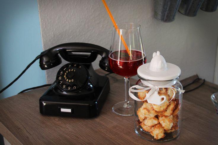 Altes Telefon und eine Holunderblütenschorle mit Selbstgebackenen Keksen im Café Katchen