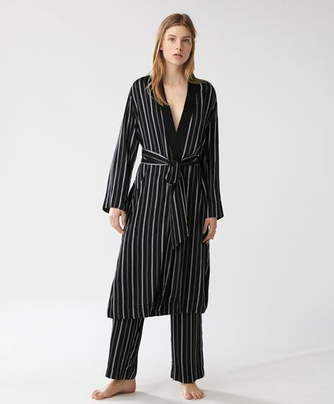 Черный халат в полоску - ПИЖАМЫ - Тенденции женской моды весна лето 2017 на Oysho онлайн: нижнее белье, спортивная одежда, пижамы, купальники, бикини, боди, ночные рубашки, аксессуары, обувь и аксессуары. Модели для каждой женщины!