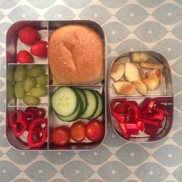 Vandaag de grote lunchbox #meenaarschool Lekker veel rauwkost, fruit en een bruin bolletje.