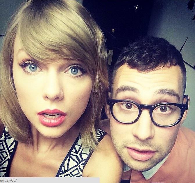 Taylor luce su flequillo recto peinado al lado