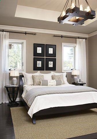 Colocação de janelas e cortinas ao lado da cama