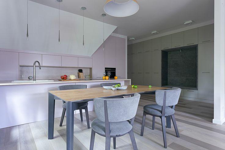 Pastelowy apartament. Meble w kolorze mięty i pudrowego pastelowego różu. Siedzisko tapicerowane pluszem dobrze nawiązuje do szarych krzeseł. Wszystko razem stanowi iście bajkowy klimat z zachowaniem estetycznego minimalizmu.