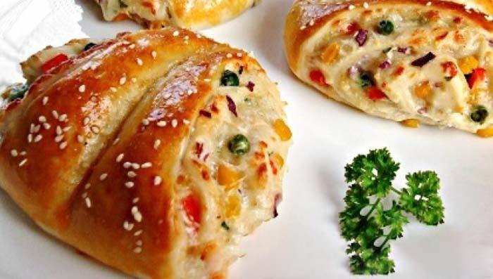 Už nemáte chuť na tradiční pizzovníky - šunka, sýr a kukuřice? Připravte si motýlky se zeleninou z kynutého těsta. Mňam!