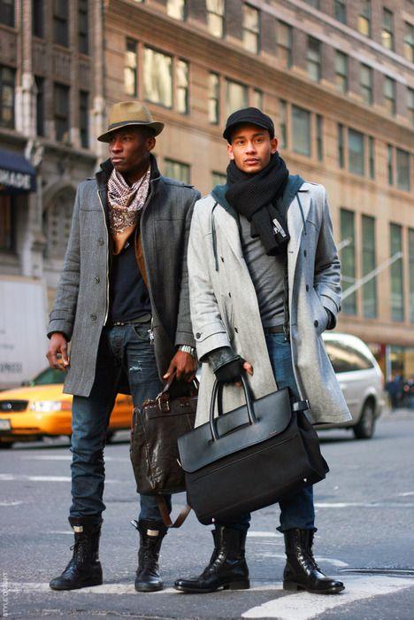 24. Menswear: Männer Outfits macht man im Winter durch Stiefel interessanter. Lernt hier, wie die Hosen zu Winterstiefeln aussehen muss.