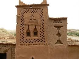 De meeste burgers die in de regio wonen nu in meer moderne huisvesting in een nabijgelegen dorp, maar er zijn vier families die nog steeds in de oude stad wonen. Deze gigantische vesting, die zes kashba en Ksours die bijna vijftig personen kasbah zijn heeft, is een uitstekend voorbeeld van de klei aarden architectuur. Gelegen in de uitlopers van de zuidelijke hellingen van de Hoge Atlas in Ouarzazate provincie ... http://www.kasbah-ait-ben-haddou.com/nl/