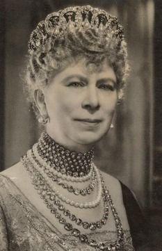 Queen Mary wearing 5 diamond row necklaces: Queen Elizabeth, Royals Crowns, Queens, Queen Mary, British Royals, Crowns Jewels, Royals Jewels, Royals Families, The Royals