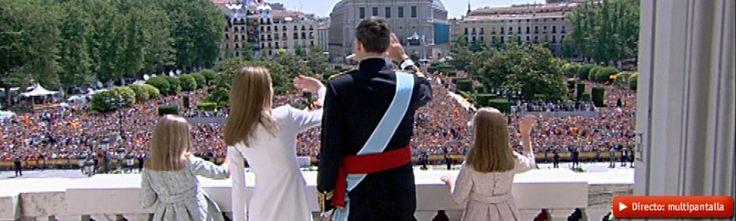 La nueva familia real, en el balcón del Palacio, saludando al público. Más información:http://www.rtve.es/felipevi
