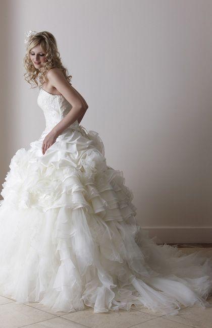 上品なレースをあしらった胸元と、ラブリーなふわふわスカートのスイートなドレス