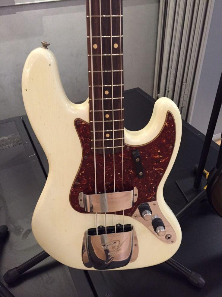 """Il Custom Shop 1960 Journeyman Relic Jazz Bass ti trasporta l'anno di debutto del più popolare modello di basso Fender. Il suo due pezzi corpo in ontano arriva invecchiato Olympic White o tre colori Sunburst """"Journeyman"""" Relic finiture laccate, che conferiscono l'aspetto di anni di invecchiamento e l'uso della luce, senza una forte usura e […]"""