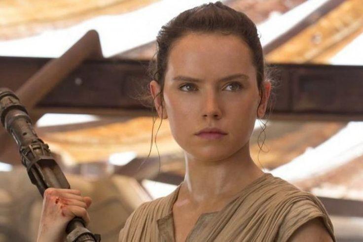 Star Wars 8 : Daisy Ridley montre de quoi elle est capable avec un sabre laser   News   Premiere.fr