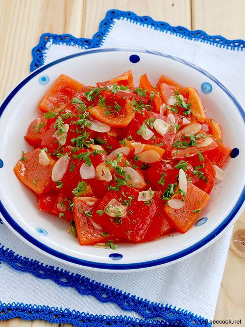 Простой рецепт приготовления салата из запеченного перца с медово-миндальной заправкой.