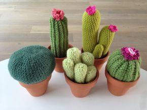 Cactussen zijn ideale planten want je hoeft ze bijna geen water te geven. Maar deze gehaakte versie is nog makkelijker, want hier heb je helemaal geen omkijken naar en je kan je ook niet prikken aan de stekels, tenzij je ze als speldenkussen gaat gebruiken. Hieronder een uitleg van hoe je zelf zelf kunt haken en links naar de leukste (Nederlandse talige) patronen. En ik weet dat het een jaar geleden hip was om te cactussen te haken en dat het nu eigenlijk al weer uit is, maar dat maakt niets…