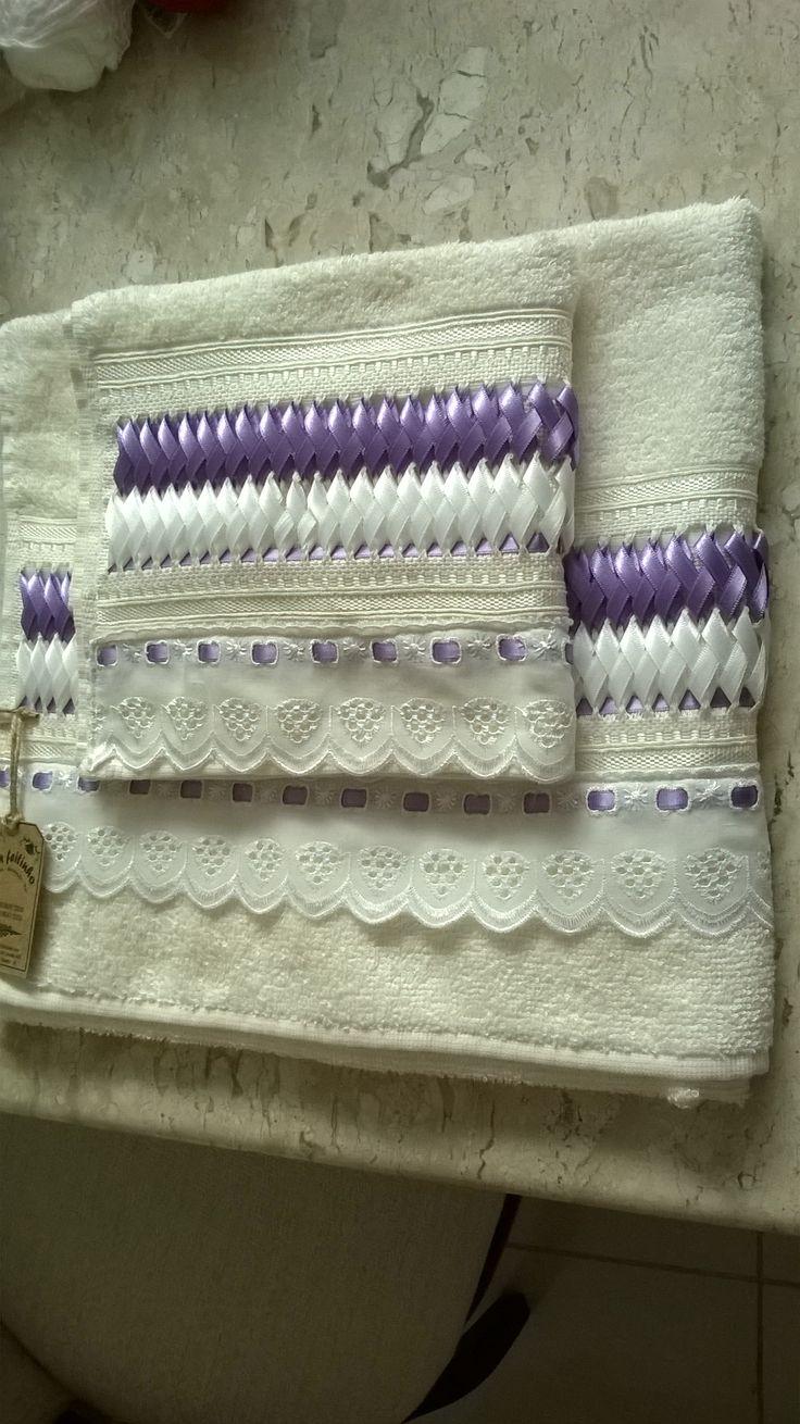 Toalha de banho e rosto, trabalhadas com trançado em fitas de cetim.