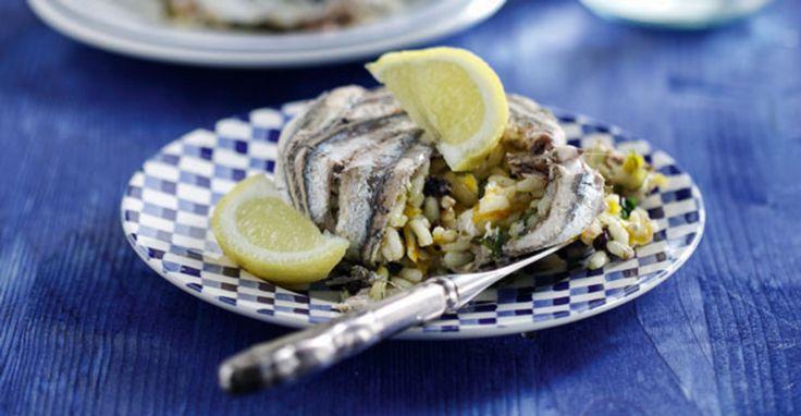 Χαμψί λένε το γαύρο στα ποντιακά και είναι τουρκική λέξη. Το χαμψοπίλαφο, λοιπόν, είναι μια νοστιμότατη παραδοσιακή συνταγή της Μαύρης Θάλασσας όπου ο γαύρος γίνεται περιτύλιγμα σε ένα πλούσιο αρωματικό πιλάφι.