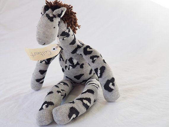 Een giraf speelgoed is een perfect cadeau voor kinderen! Deze snoezige, grijs, gevulde zacht stuk speelgoed giraffe zullen een veel geliefde baby cadeau. Deze leuke pluche sok speelgoed is een verrukking om te houden, Gilbert is voorbestemd om een favoriet, omhelsde in de armen van je heel gelukkig kind!  Hier zul je hun meest favoriete cadeau-gever!  Onze sock monkeys en zacht stuk speelgoed dieren zijn handgemaakt in onze rook vrij, huisdier gratis huis met behulp van schone nieuwe sokken…