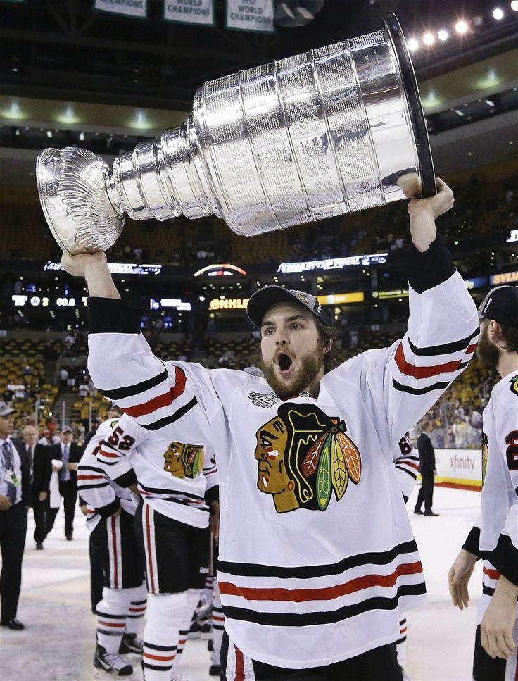 JE MŮJ. Michael Frolík z Chicaga s trofejí pro vítěze Stanley Cupu.