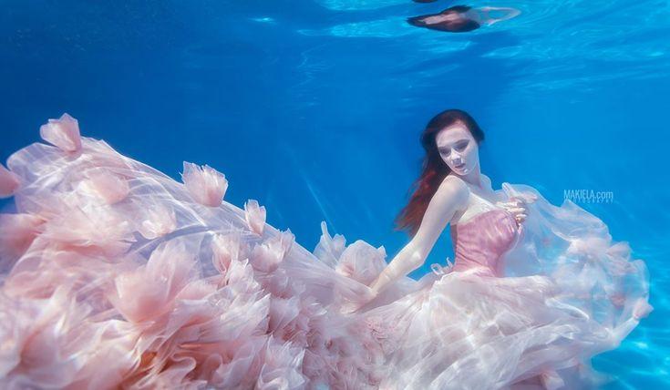 """Polubienia: 928, komentarze: 15 – Rafal Makiela Dubai (@dubai_photographer_makiela) na Instagramie: """"New #underwater shoot model @krysiamakiela dress from amazing designer @kujawa.patrycja_designer :)…"""""""