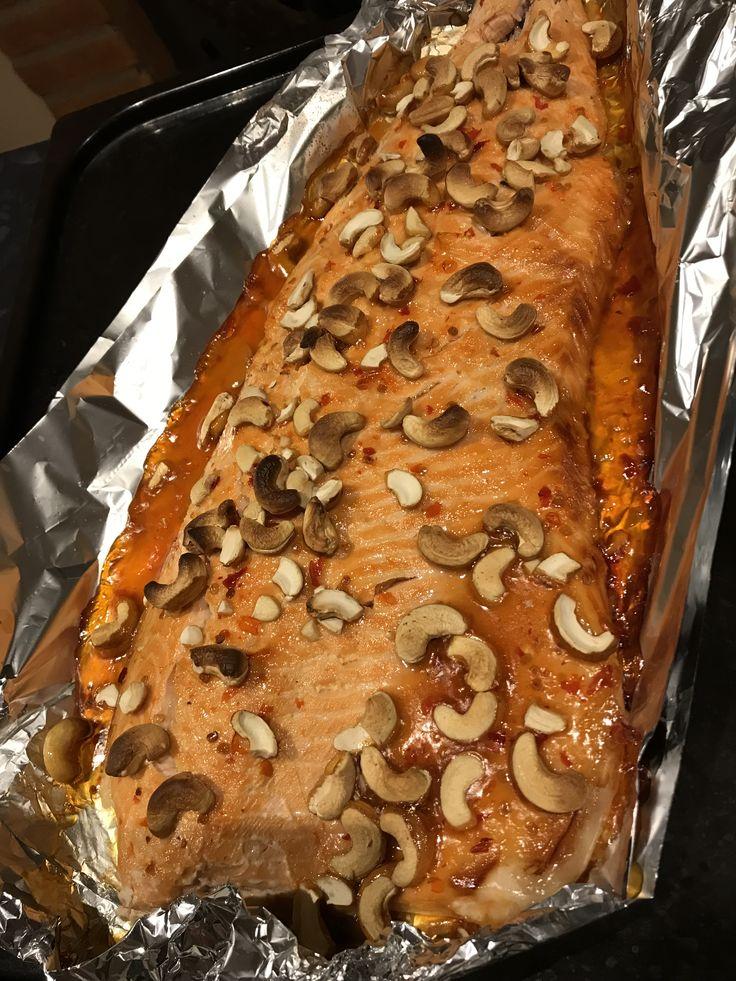 Lax med thailändsk sött sur sås och cashewnötter.   200 grader ugn ca 45-60 minuter det byrå på hur stor fisk ( Lax)  Servera med ris.