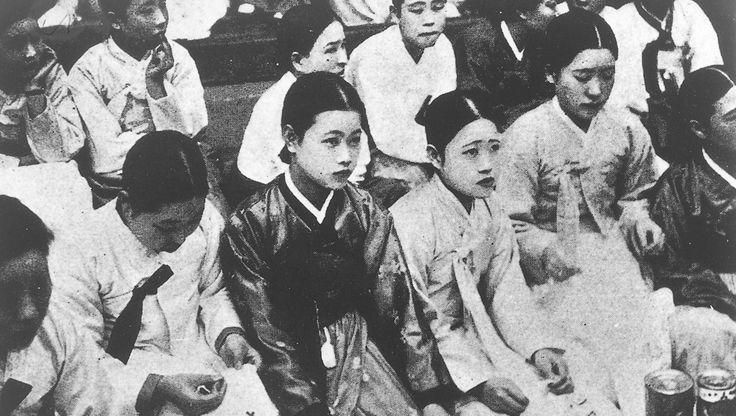 Zuid-Koreaanse vrouwen die tijdens de Tweede Wereldoorlog als jong meisje naar Japan gestuurd werd om zich daar verplicht te prostitueren, ijveren al jaren…