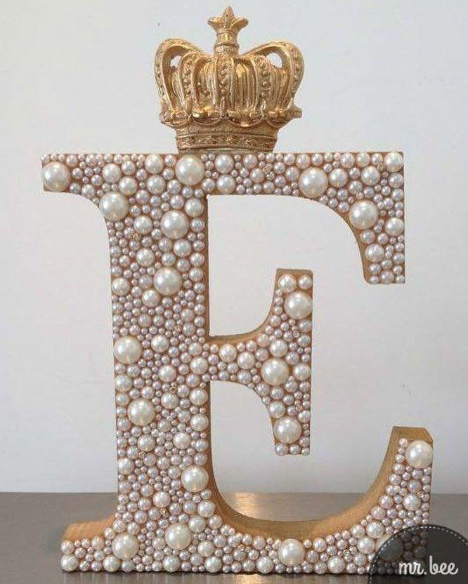 Letra Decorada com pérolas e aplique de coroa.
