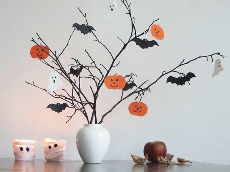 déco Halloween maison et peinture murlae à motifs arbre avec citrouilles à visage, chauves-souris et fantômes