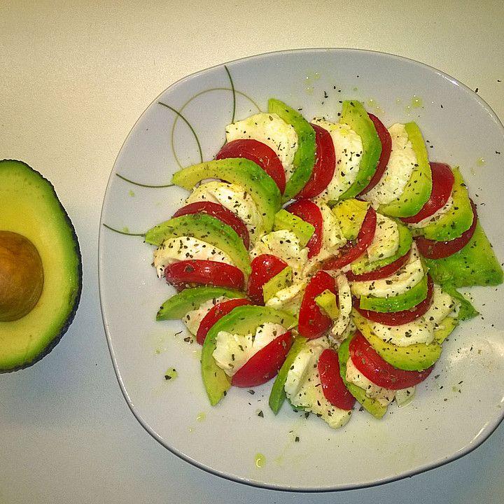 Avocado mit Tomate und Mozzarella