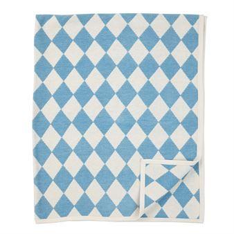 Breng extra kleur naar binnen met de stijlvolle Diamond chenille deken van Klippan Yllefabrik. De deken is gemaakt van zacht, organisch chenille katoen en heeft een stijlvol diamant gevormd patroon. Plaats de deken op de bank of op uw favoriete zetel en combineer het met producten in vergelijkbare kleuren om een uniforme uitstraling te verkrijgen! Kies uit verschillende kleuren.