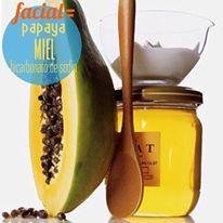 Peeling-Facial hecho en casa: -1/2 taza de pure de papaya -2 crdts de miel -2 crdts de bicarbonato de sodio Mezcla los ingredientes y aplica en el rostro con movimientos circulares, deja 5 minutos y lava con agua tibia. Este facial ayudará emparejar el tono de piel a personas con hiperpigmentación y manchas oscuras gracias a la papaina, una enzima de la papaya que se deshace de la acumulación de celulas muertas en la piel.
