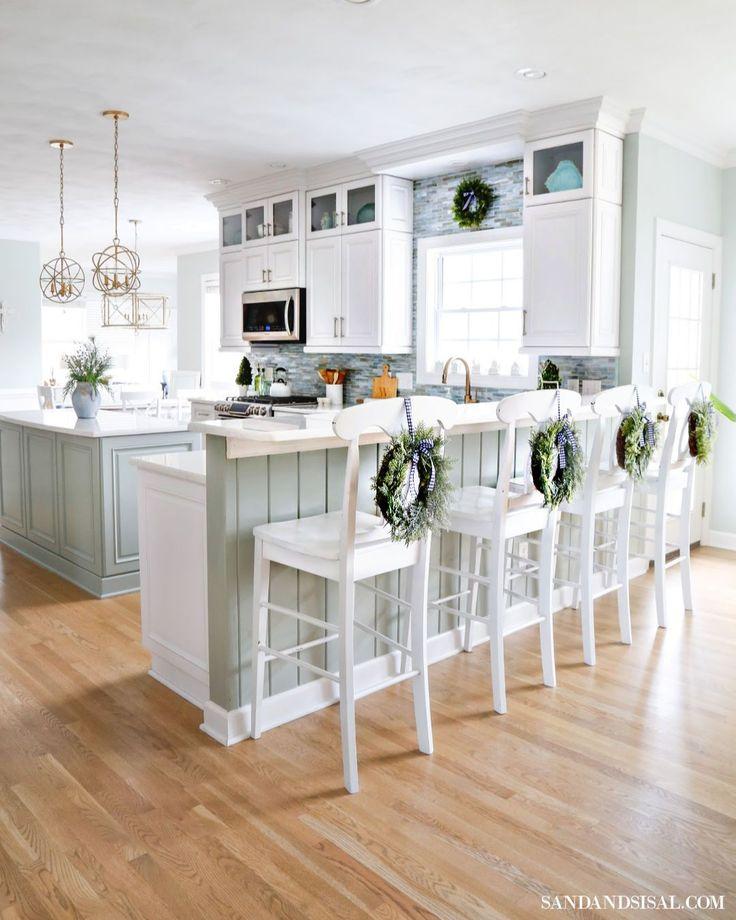 20 Charming Cottage Style Kitchen Decors: Christmas In The Coastal Kitchen #coastalcottage