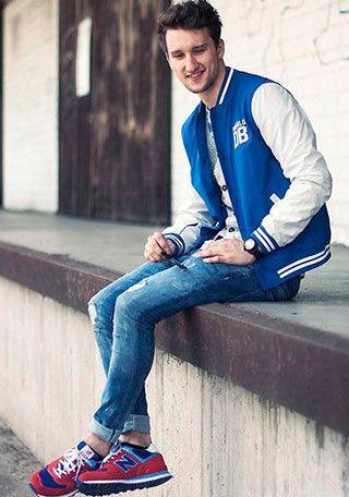 青スタジャン×ジーンズ×赤スニーカーの着こなし(メンズ) | Italy Web