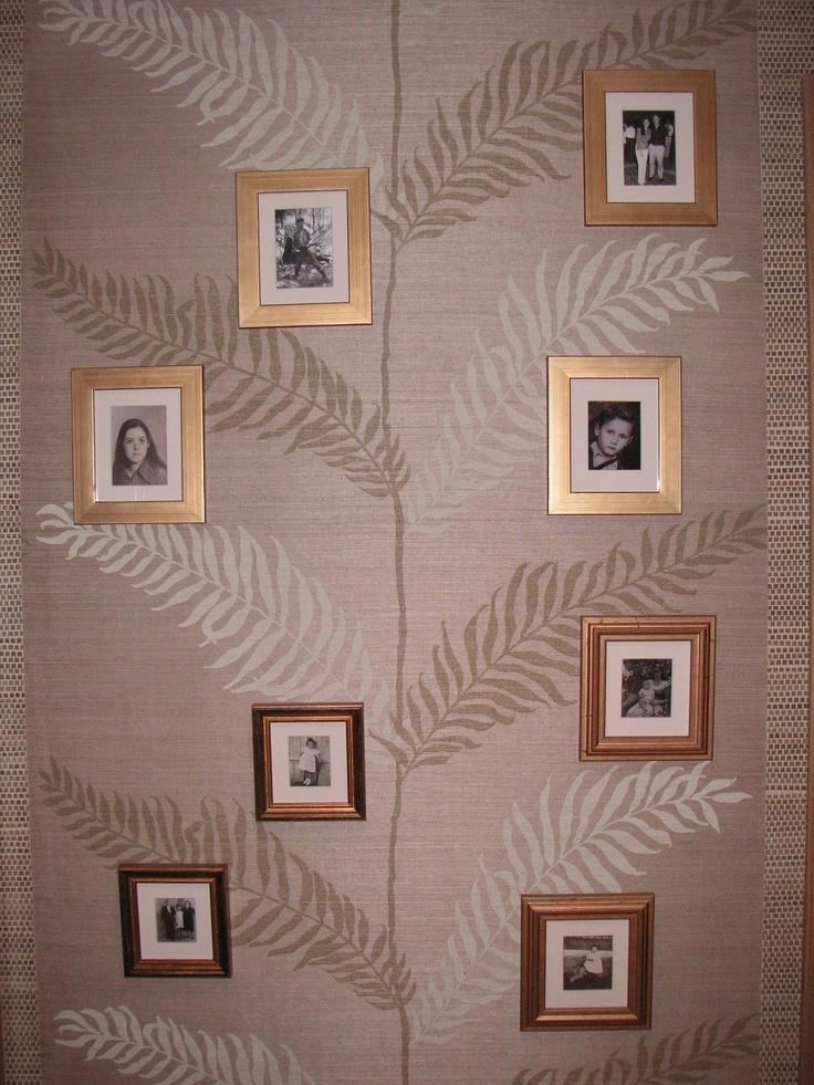 Hall ático, Madrid. El diseño del papel en la entrada, está cuidadosamente elegido para emplazar una composición de fotos familiares en sus ramas, símil del árbol genealógico.