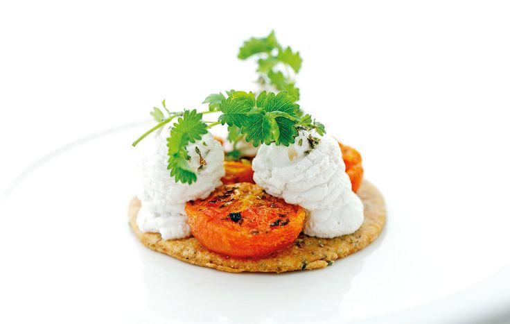 """""""Bruschetta con pomodori gialli invernali, cagliata di mandorle ai limoni sotto sale e origano"""" di Emanuela Tommolini, chef specializzata in cucina naturale e vegetariana  #food #vegan #lamadia"""