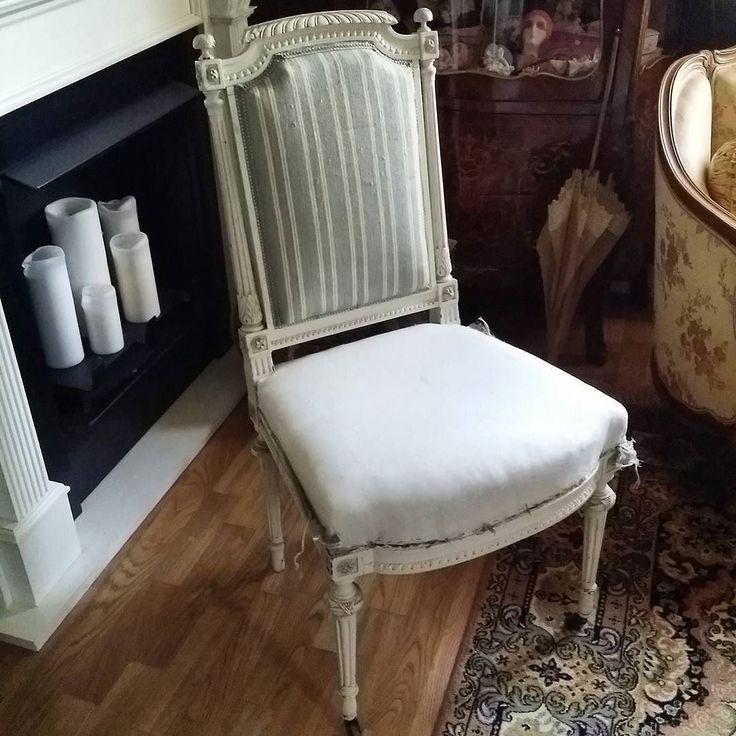 Idag så köpte en antik gustaviansk stol på en loppis. Den har jag nu börjat med att ta av det fula tyget som sitter som berget. Om den skall få ett nytt tyg eller om den får vara med fodertyget endast vet jag inte. Tycker att det är så snyggt hos  andra. #stol#gustaviansk#antique#antik#brocante#inredning#interior#interör#mitthem#myhome#shabby by immika1