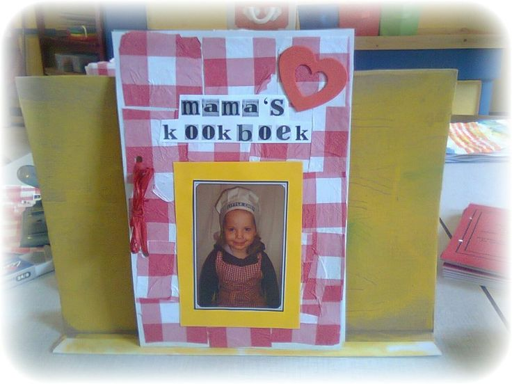 Moederdagcadeautje!  Neem van alle kindjes uit de klas het lievelingsrecept van hun mama en bundel dat in zo'n boekje als hier boven.