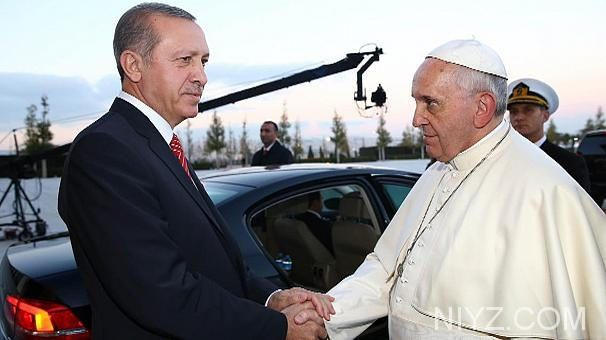 Interfaith discussion is urged by Pope Francis at beginning of visit