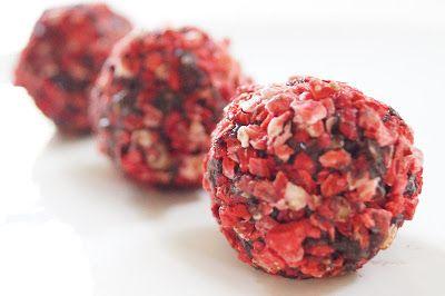 Dadelkugler med hindbær er nemme at lave og smager forrygende. Alle ingredienser er helt naturlige, så de er et got alternativ til den gængse romkugle.