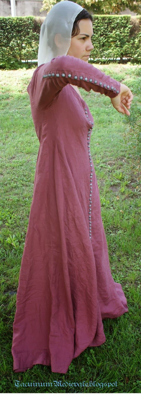 Tacuinum Medievale - blog w/lots of images of buttons all the way down the front (and/or up the whole back seam of the sleeve)
