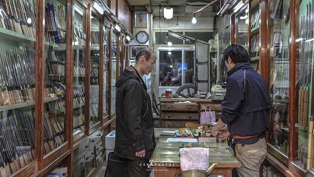 Japan . Tokyo .  Tsukiji Market . 日本 . 东京 . 筑地市场 The buyer n the seller http://ift.tt/2u2gP0H  #japan #tokyo #tsukiji #instagramers #instagram #insta #instatravel #instatravelling #instatraveller #instaphoto #instajapan #instalike #instagood #instago #instashoot #instaphotography #travelblogger #travel #traveller #travelling #traveling #travelphotography #travelphoto #photographysouls #photographer #photooftheday #japanlicius