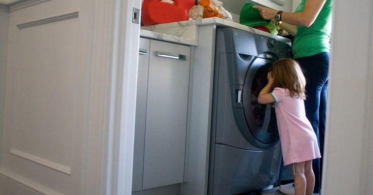 Las ventajas y desventajas de las lavadoras. Las lavadoras son un elemento común de la casa, haciendo que sea fácil de lavar la ropa sin salir a una lavandería y pagar por cada ciclo de uso de la máquina. Los propietarios pueden elegir entre varios tipos diferentes de lavadoras, incluyendo los modelos de carga frontal y de carga superior, así como las lavadoras que forman parte de una unidad ...