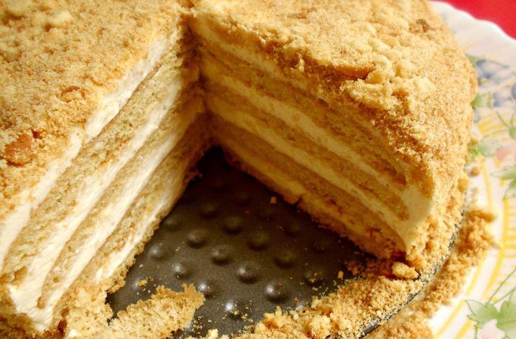 Deze Russische Honing Taart blinkt uit in eenvoud en is tegelijkertijd ontzettend lekker! Leuk om eens proberen. Veel kookplezier!